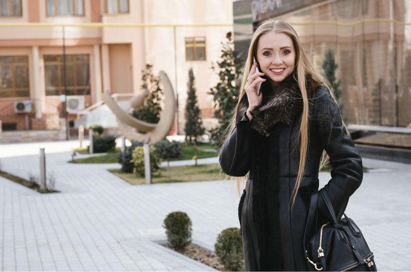 セレブ風ファッションで気取る女性