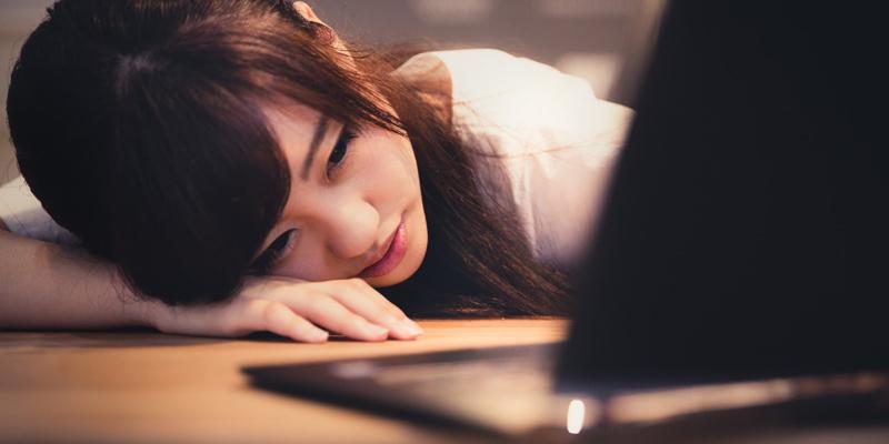 パソコンの前でうなだれる女性