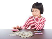 家計簿のやりくり計算をする女の子