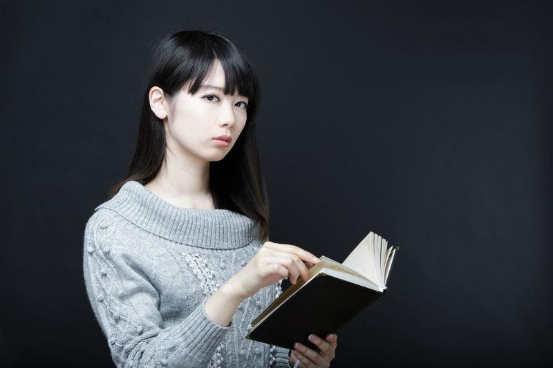 辞書を開く女性